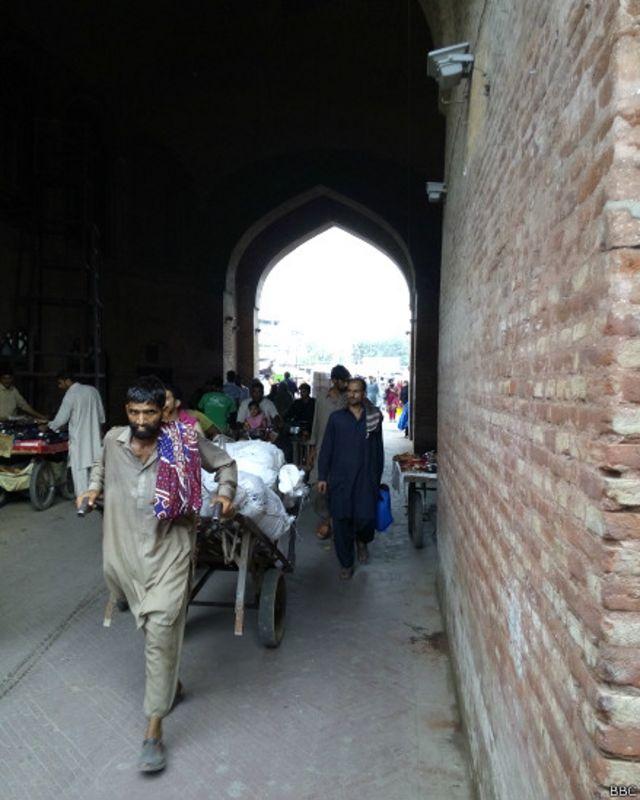دلی گیٹ آج بھی زندگی سے بھرپور لاہور کا ایک حصہ ہے۔ یہاں کی ہلچل اور گہما گہمی دیدنی ہے اور یہاں ایک شاہی حمام بھی واقع ہے جس کی بحالی کا کام آج کل جاری ہے۔