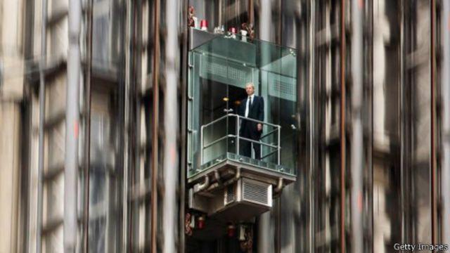 تشكل المصاعد الزجاجية في واجهة مبنى مصرف لويدز أحد أبرز المشاهد اللافتة للأنظار في شوارع حي المال بلندن
