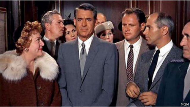 المشهد الشهير في فيلم كاري غرانت عندما أحبطت والدة البطل مؤامرة قتل ولدها في المصعد