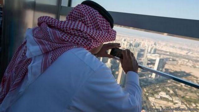 يوجد في برج خليفة بدبي، وهو أعلى مبنى في العالم، مصعد تصل سرعته إلى 60 كم في الساعة