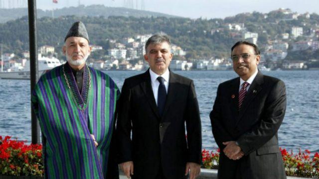 حامد کرزی، عبدالله گل رئیس جمهوری ترکیه و آصف علی زرداری رئیس جمهوری قبلی پاکستان. در اجلاس سهجانبه در ترکیه.