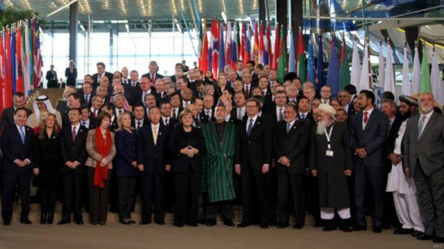 کرزی در دومین اجلاس بن در دسامبر ۲۰۱۱ با راهبران کشورهای جهان. آقای کرزی در اجلاس اول بن رئیس اداره موقت  شد و ده سال بعد برای ارزیابی یک دهه گذشته در این اجلاس حضور یافت.
