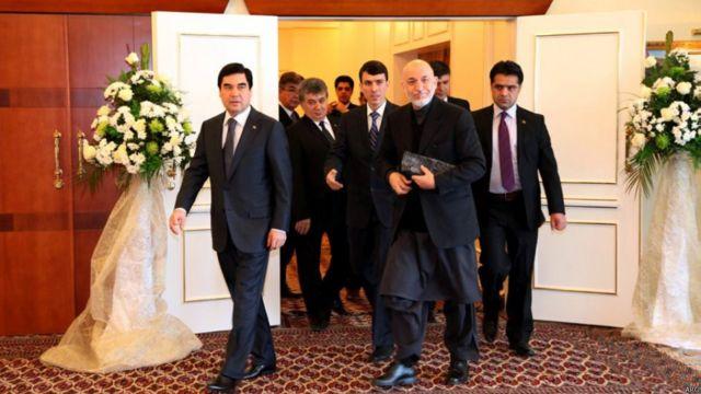 حامد کرزی و قربانقلی بیردیمحمدوا رئیس جمهوری ترکمنستان در شهر ترکمنباشی.