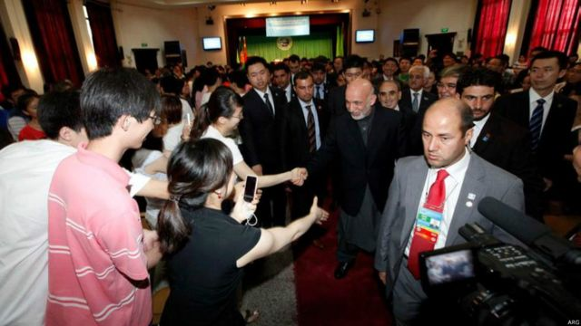 در ژوئن ۲۰۱۲ آقای کرزی در سفری که به چین داشت، سری به دانشگاه روابط خارجی چین زد و با دانشجویان و استادان این دانشگاه دیدار کرد.
