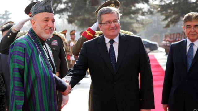 حامد کرزی هنگام پذیرایی از برونیسلاو کوموروفسکی رئیس جمهوری لهستان، در کاخ ریاست جمهوری در کابل، مارس ۲۰۱۲