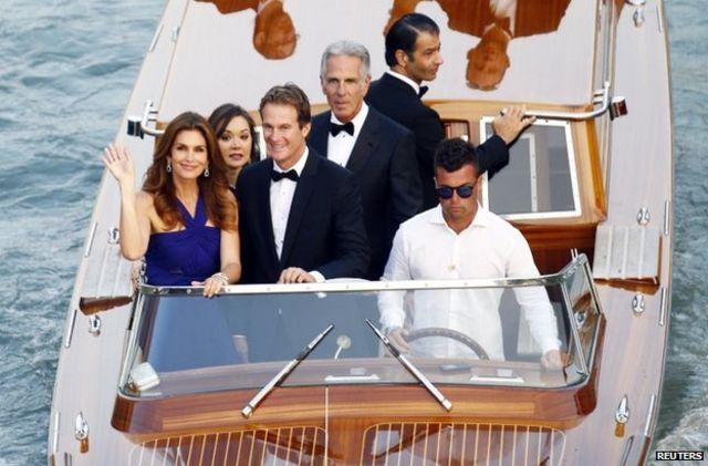 اداکارہ سنڈی کرافورڈ اپنے شوہر کے ساتھ شادی میں شرکت کے لیے جا رہی ہیں