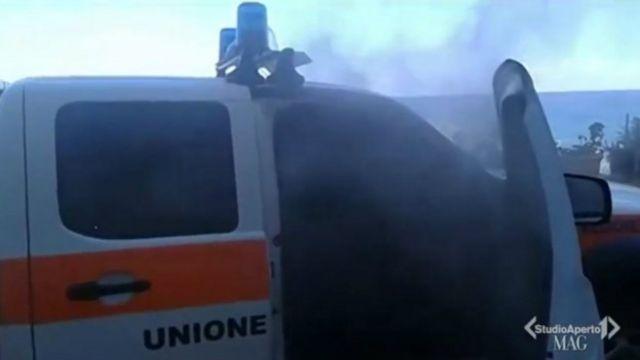 Assento de veículo chamado para apagar chamas na garagem de residência pegou fogo sem causa aparente