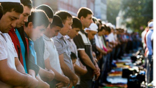 Летом в праздновании Ураза-байрама, другого важного праздника, в Москве приняли участие десятки тысяч мусульман