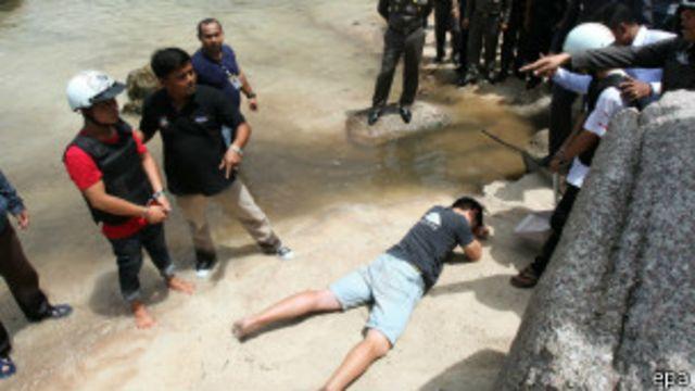 လူသတ်မှု ကျူးလွန်ခဲ့သူတွေလို့ စွပ်စွဲခံထားရသူ မြန်မာတွေကို အခင်း ဖြစ်ပွားခဲ့ရာ နေရာမှာ ပြန်သရုပ်ဖော်ပြခိုင်းခဲ့