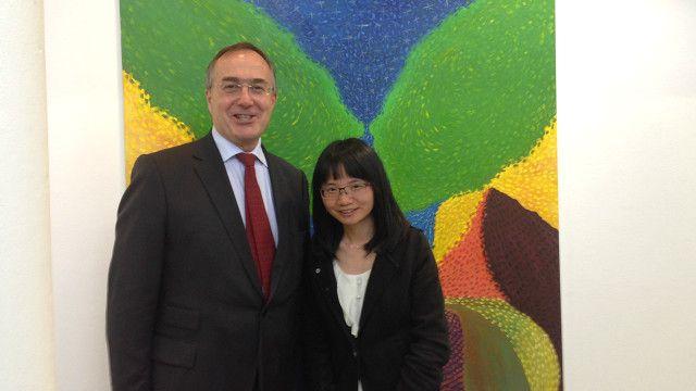 郑平与UCL校长迈克尔·阿瑟教授在展览上