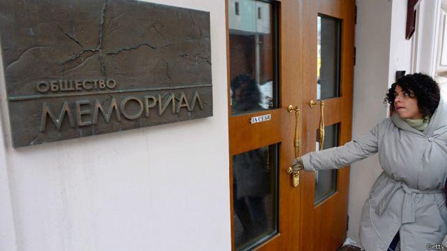 """Женщина заходит в офис """"Мемориала"""" в Москве 21 марта 2013 года"""