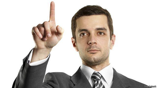 Босс-новичок указывает пальцем