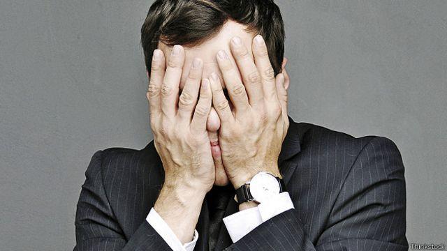Босс-новичок закрывает лицо руками