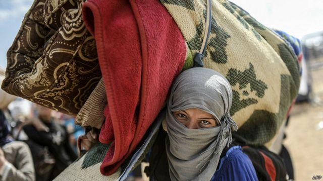 Kurda de origen Sirio huyendo del Estado Islámico
