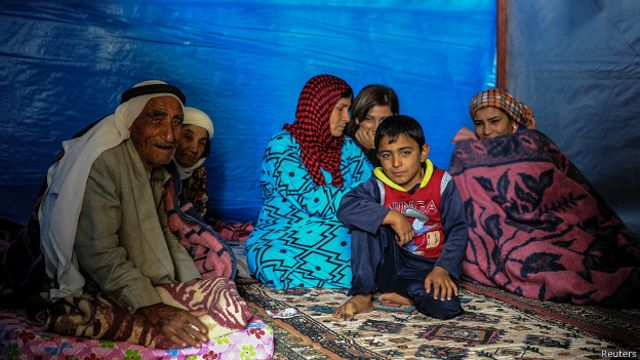 Refugiados kurdos escapando de Siria hacia Turquía, huyendo del Estado Islámico.