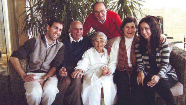 رولا و اشرف غنی احمدزی با خانواده شان