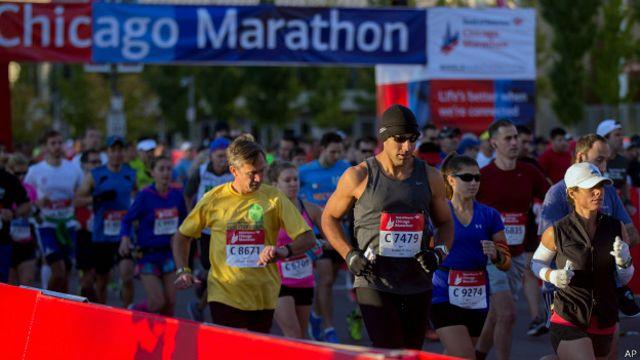 Los atletas deben cuidar mucho el consumo de líquido durante la carrera.