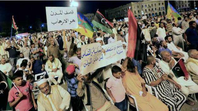 يلقى الإسلاميون المسيطرون علي طرابلس تأييدا عبر عن نفسه في مظاهرات مناوئة لحكومة الثني في المدينة.