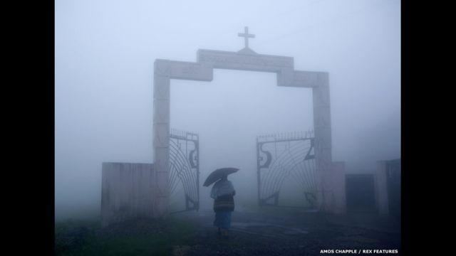 Moradora chega para missa de domingo em igreja de Mawsynram. (foto: Amos Chapple / Rex Features)