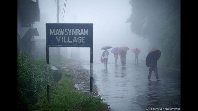 Entrada do vilarejo de Mawsynram. (foto: Amos Chapple / Rex Features)