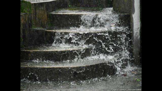 Água da chuva escorre sobre escadaria no vilarejo de Mawsynram (foto: Amos Chapple / Rex Features)