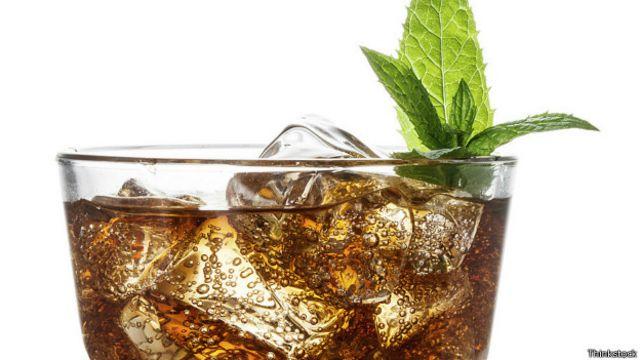Una lata de refresco puede superar la cantidad máxima de azúcar diaria recomendada por la OMS.