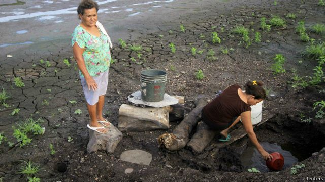 Mujeres buscando agua en Nicaragua