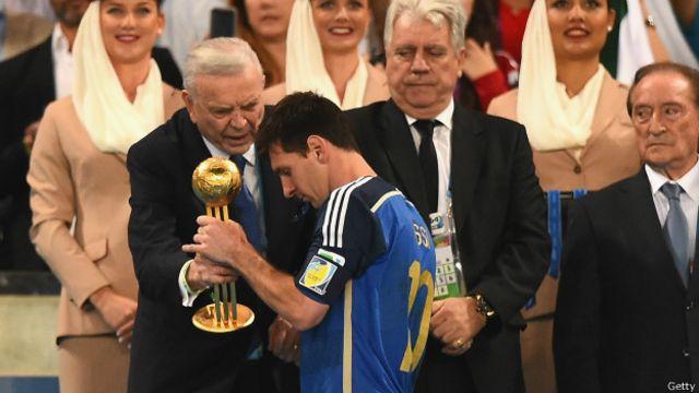 """El momento del """"error: Messi recibe el galardón luego de la final del mundial que Argentina perdiera contra Alemania en julio pasado."""