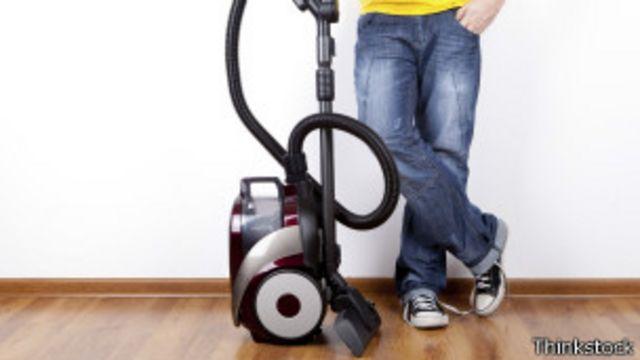 Entre las tareas domésticas que exige un esfuerzo moderado está pasar la aspiradora.