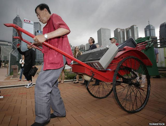 El jinrikisha es el carrito de estilo asiático tirado por un hombre.