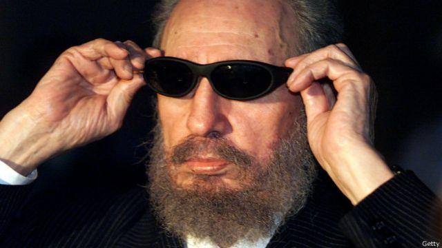 Fidel Castro se prueba unos lentes oscuros en 1999