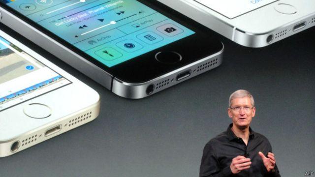 Тим Кук и iPhone