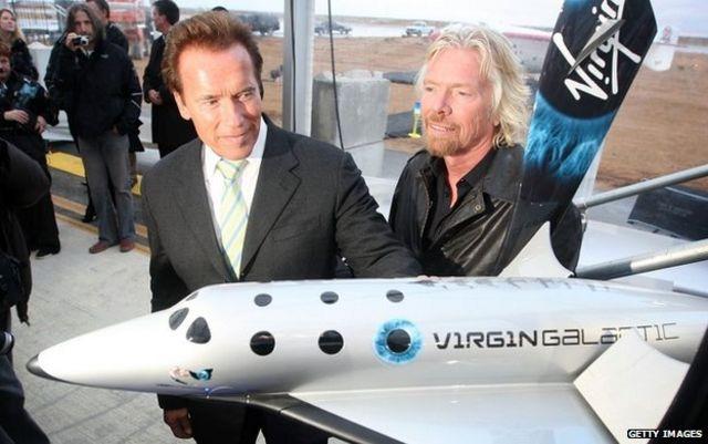 維珍集團老闆布蘭森(右)於2009年在加州為「宇宙飛船二號」揭幕。