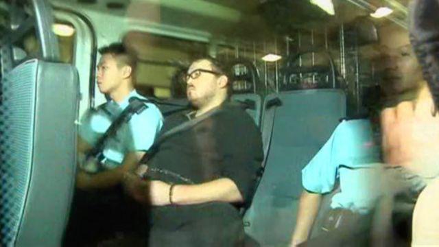 Rurik Jutting, tersangka pelaku pembunuhan, dibawa oleh polisi.