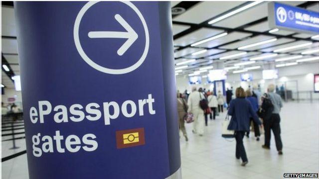 Указатель в аэропорту: с электронным паспортом сюда