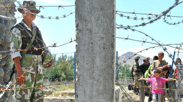 Familias en la frontera de Uzbekistán