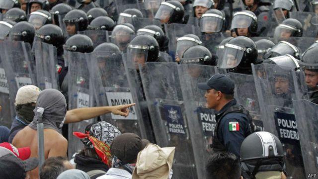 Tensión entre manifestantes y policías en México.