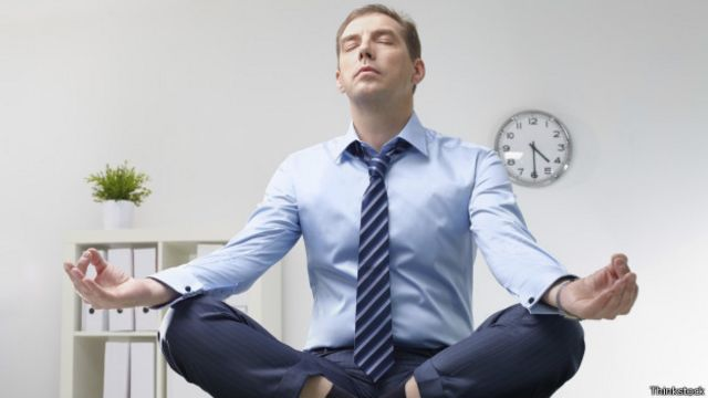 Hombre meditando en la oficina