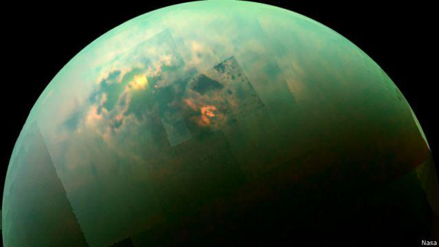 Imagem mostra reflexo do sol na lua de Titã