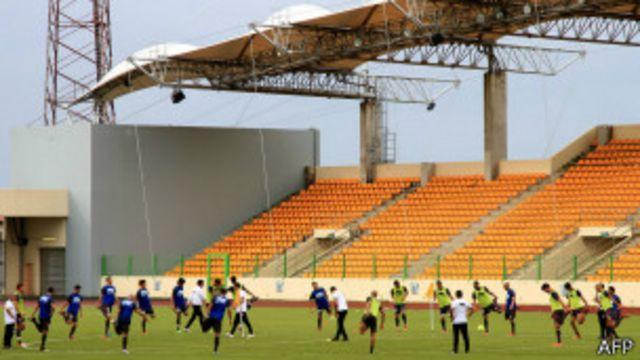 အီကွေတိုရီယယ် ဂီနီ နိုင်ငံက ဘောလုံးကစားကွင်း တစ်ခု။