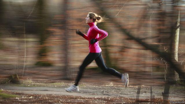 El impacto que produce correr ayuda a aumentar la densidad ósea en los huesos, algo que no se logra con la natación.