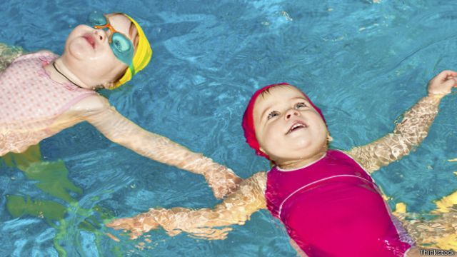 Se puede comenzar a nadar desde muy temprana edad.