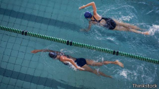 El estilo crol, o que mucha gente conoce como libre, es el más recomendado para nadar más rápido.