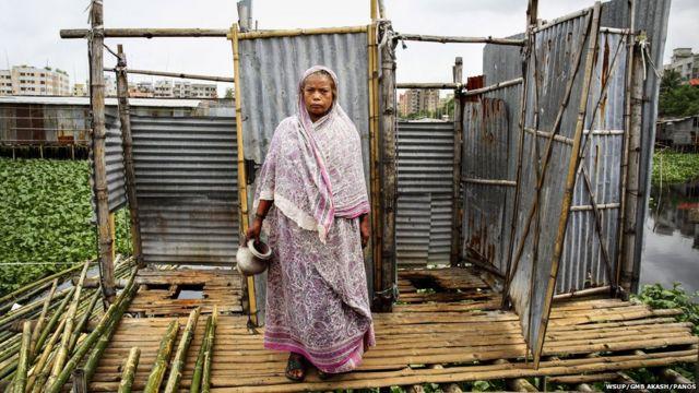 ဘင်္ဂလားဒေ့ရှ် နိုင်ငံ Rupnagar မြို့က ဆင်းရဲသား ရပ်ကွက်မှာ နေထိုင်တဲ့ ၆၅ နှစ် အရွယ် Sukurbanu ကတော့ ရေပြင် အထက်မှာ ဆောက်ထားတဲ့ အိမ်သာကို သူမ ကလေးဘဝ ကတည်းက သုံးခဲ့တယ်လို့ ဆိုပါတယ်။ သူမဟာ အဲဒီ အိမ်သာကနေ လောလောလတ်လတ် ပြုတ်ကျ ခဲ့ပါသေးတယ်။ မကြာမကြာ ဖျားနာ တာတွေလည်း ရှိတဲ့အတွက် ဒါဟာ ဒီအိမ်သာတွေကို သုံးလို့ ဖြစ်ရတာလို့ သူ ယူဆကြောင်းလည်း ဆိုပါတယ်။