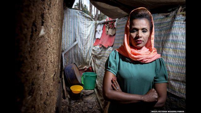 အီသီယိုပီးယား နိုင်ငံ မြို့တော် Addis Ababa က စားသောက်ဆိုင် တစ်ဆိုင်ရဲ့ မန်နေဂျာ Meseret ဟာ သူ့အမေ၊ သူ့ညီမ နှစ်ယောက်၊ သူ့ ကလေး နှစ်ယောက် တို့နဲ့ အတူ အစိုးရက ပေးထားတဲ့ အခန်းတစ်ခန်းသာ ပါတဲ့ အိမ်မှာ နေထိုင်ပါတယ်။ သူ့ယောက်ျားဟာ လွန်ခဲ့တဲ့ ၉ နှစ်က ၂၀၀၅ ရွေးကောက်ပွဲလွန် ကာလ မတည်ငြိမ်မှုတွေမှာ ပစ်ခတ်ခံရလို့ ဆုံးပါးခဲ့တာ ဖြစ်ပါတယ်။ အစိုးရက ပေးထားတဲ့ အိမ်က အများသုံး အိမ်သာဟာ အတန်ငယ် လှမ်းတာကြောင့် လုံခြုံ စိတ်ချရဖို့အတွက် သူ့ မိသားစုဝင်တွေ အားလုံး အိမ်ဘေးမှာပဲ အပေါ့အလေး သွားကြတယ်လို့ ဆိုပါတယ်။
