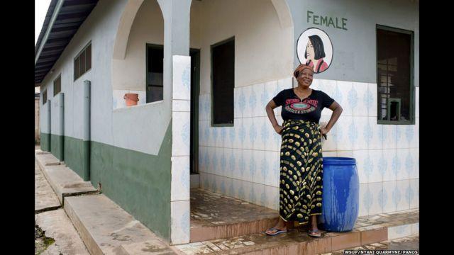 ဂါနာ နိုင်ငံက ၄၇ နှစ်အရွယ် Ima ဟာ Kumasi မြို့မှာ အိမ်သာ စောင့်တဲ့ အလုပ်ကို လုပ်သူပါ။ သူ့မှာ ၁၄ နှစ်ကနေ ၂၂ နှစ် ကြား ကလေး ၄ ယောက် ရှိပါတယ်။ သူ့အိမ်မှာတော့ အိမ်သာ မရှိပါဘူး။ နေ့ခင်းဘက်မှာဆို သူ အစောင့်လုပ်တဲ့ အိမ်သာကို သုံးပြီး ညဘက်မှာတော့ ပလတ်စတစ် အိတ်ကို သုံးတယ်လို့ ပြောပါတယ်။