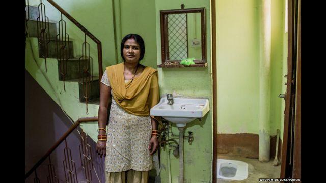 အိန္ဒိယက ၃၅ နှစ်အရွယ် Sangita ဟာ လွန်ခဲ့တဲ့ ၁၀ နှစ်က ဒေလီ မြို့ကို ပြောင်းလာခဲ့သူပါ။ အဲဒီ မတိုင်ခင်ကတော့ ကျေးရွာ တစ်ရွာမှာ နေခဲ့ဖူးပြီး လယ်ကွင်းတွေ ထဲမှာ ဆောက်ထားတဲ့ အများသုံး အိမ်သာတွေကို တက်ခဲ့ရတယ်လို့ ပြောပါတယ်။ အဲဒီ အဖြစ်ကို ရှက်တာကြောင့် ဒေလီမြို့မှာ ကိုယ်ပိုင် အိမ်သာ တစ်လုံးတော့ အနည်းဆုံး ပိုင်ရမယ်လို့ သူ ဆုံးဖြတ်ခဲ့တယ်လို့ ဆိုပါတယ်။