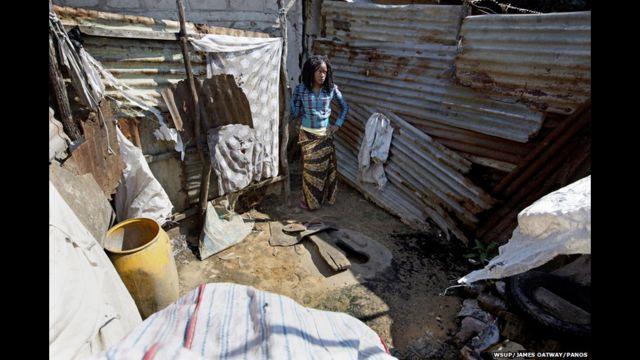 မိုဇမ်ဘစ် နိုင်ငံက ၁၉ နှစ်အရွယ် အထက်တန်း ကျောင်းသူ Flora ဟာ Maputo မြို့တော်မှာ သူ့ မိခင်၊ ညီမနဲ့ တူ တစ်ယောက် တို့နဲ့ အတူ နေပါတယ်။ သူတို့ မိသားစုဟာ အိမ်သာ တစ်လုံးကို တခြား အိမ်နီးချင်း မိသားစုတွေနဲ့ မျှဝေ အသုံးပြုကြရပါတယ်။ တစ်ခါတလေ တချို့ အမျိုးသားတွေက ချောင်းကြည့်ကြလို့ အိမ်သာ သုံးရတာကို ရွံ့မုန်းတယ်လို့ သူမက ပြောပါတယ်။