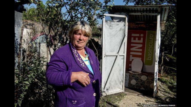 ရိုမေးနီးယား နိုင်ငံမှာ လူဦးရေ ထက်ဝက်လောက်ဟာ ရေဆိုးထုတ် စနစ် မရှိတဲ့ တောအရပ်တွေမှာ နေထိုင်ကြပါတယ်။ ၄၉ နှစ်အရွယ် Pana ရဲ့ အိမ်မှာ သူ့တူတွေ လာလည်ရင် သုံးတဲ့ အိမ်သာ တစ်လုံး ရှိပြီး သူကိုယ်တိုင် ကတော့ အပြင်ဘက်မှာပဲ သွားတယ်လို့ ဆိုပါတယ်။