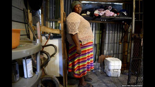 တောင်အာဖရိက နိုင်ငံက Nombini ရဲ့ အိမ်မှာ သယ်သွားလို့ ရတဲ့ porta-potty အိမ်သာ ၂ လုံး ရှိပြီး အဲဒါကို သူ့အိမ်မှာ ရှိတဲ့ လူ ၁၂ ယောက်က သုံးကြပါတယ်။ ဒါပေမယ့် ၂၀၀၅ ကနေ ၂၀၀၉ အထိကတော့ လမ်းမကြီး တစ်ခုရဲ့ ဘေးက ခြုံပုတ်တွေ ထဲမှာပဲ အပေါ့အလေး သွားခဲ့တယ်လို့ သူက ပြောပါတယ်။